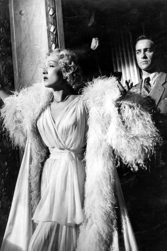"""Marlene Dietrich vestida com um Dior, no filme """"Stage Fright""""."""