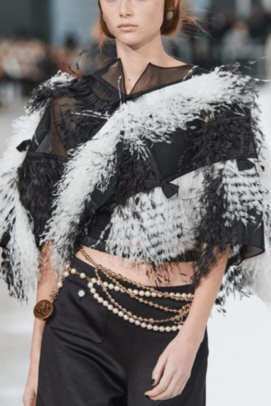 Cinto Chanel de pérolas em cordão pendurado é acessório para 2021