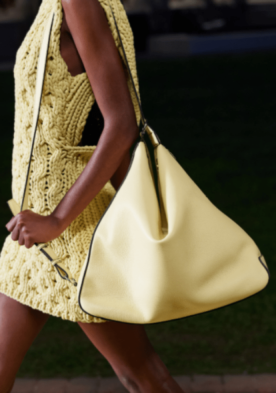 acessório para 2021: Maxi Bolsa couro amarela