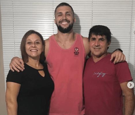 brother com os pais - Reprodução