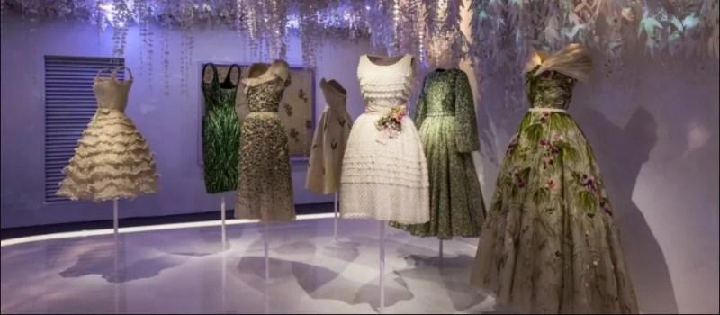 Esposição de vestidos de Dior.