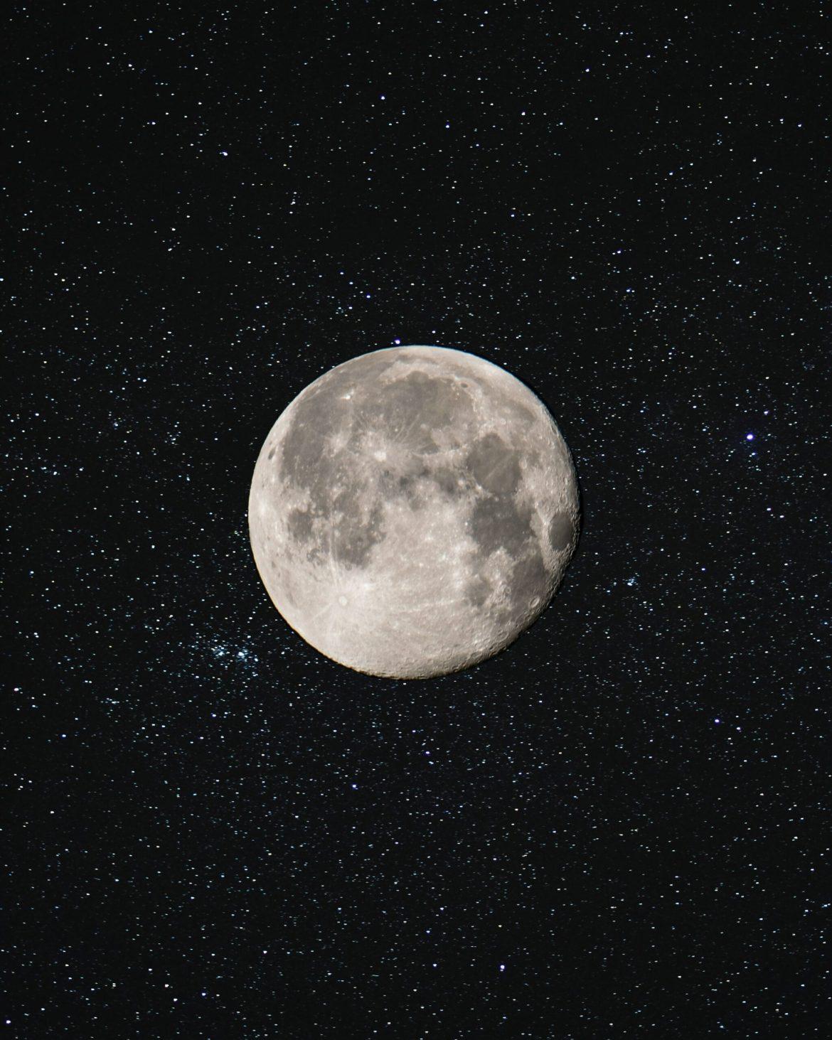 Lua cheia em céu estrelado