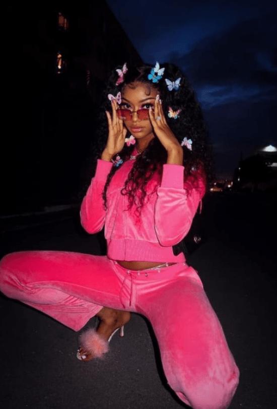 look pijama pink com acessórios borboleta para cabelo