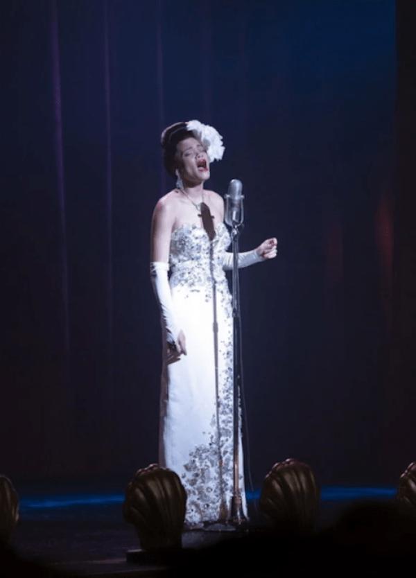 Prada veste Andra Days em filme sobe Billie Holiday em vestido seda com pedrarias