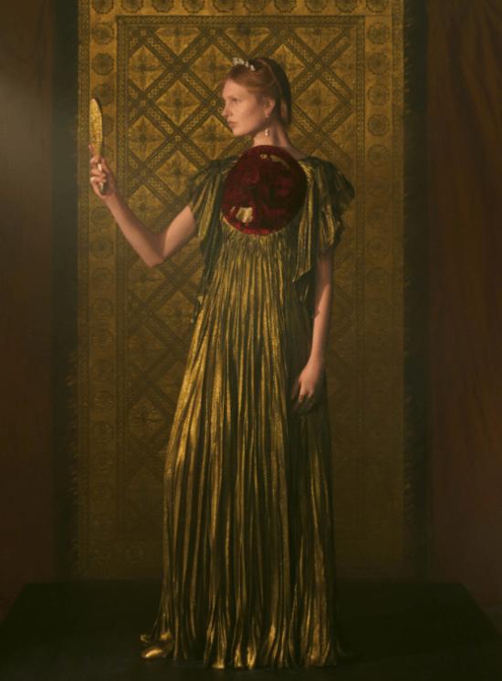 transmissão Dior vestido plissado dourado com bordado vermelho frente