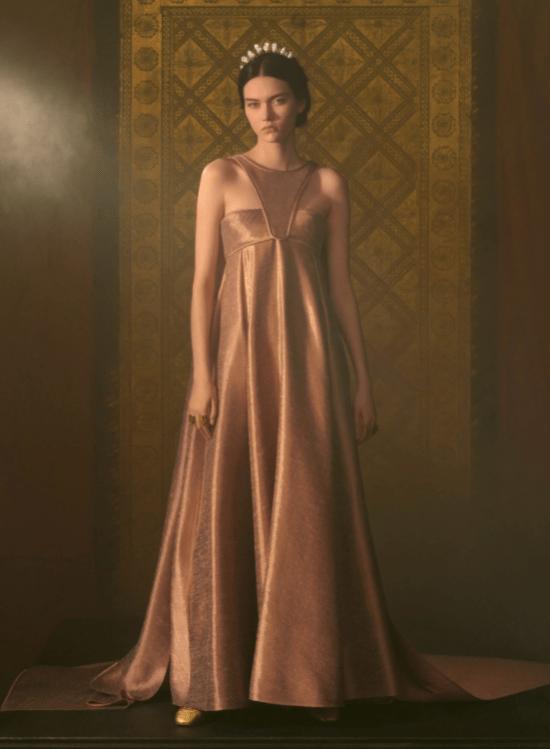 transmissão Dior vestido com cauda e recorte sobreposto na frente