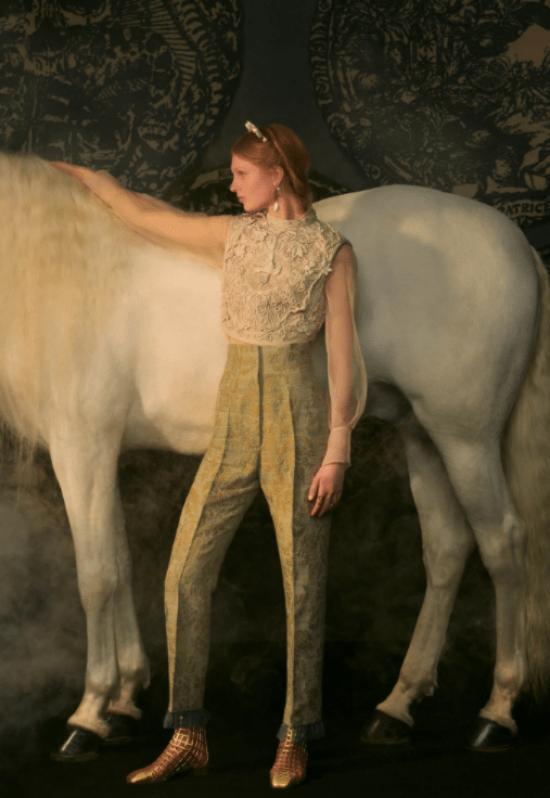 transmissão desfile Dior look calça e blusa com manga transparente