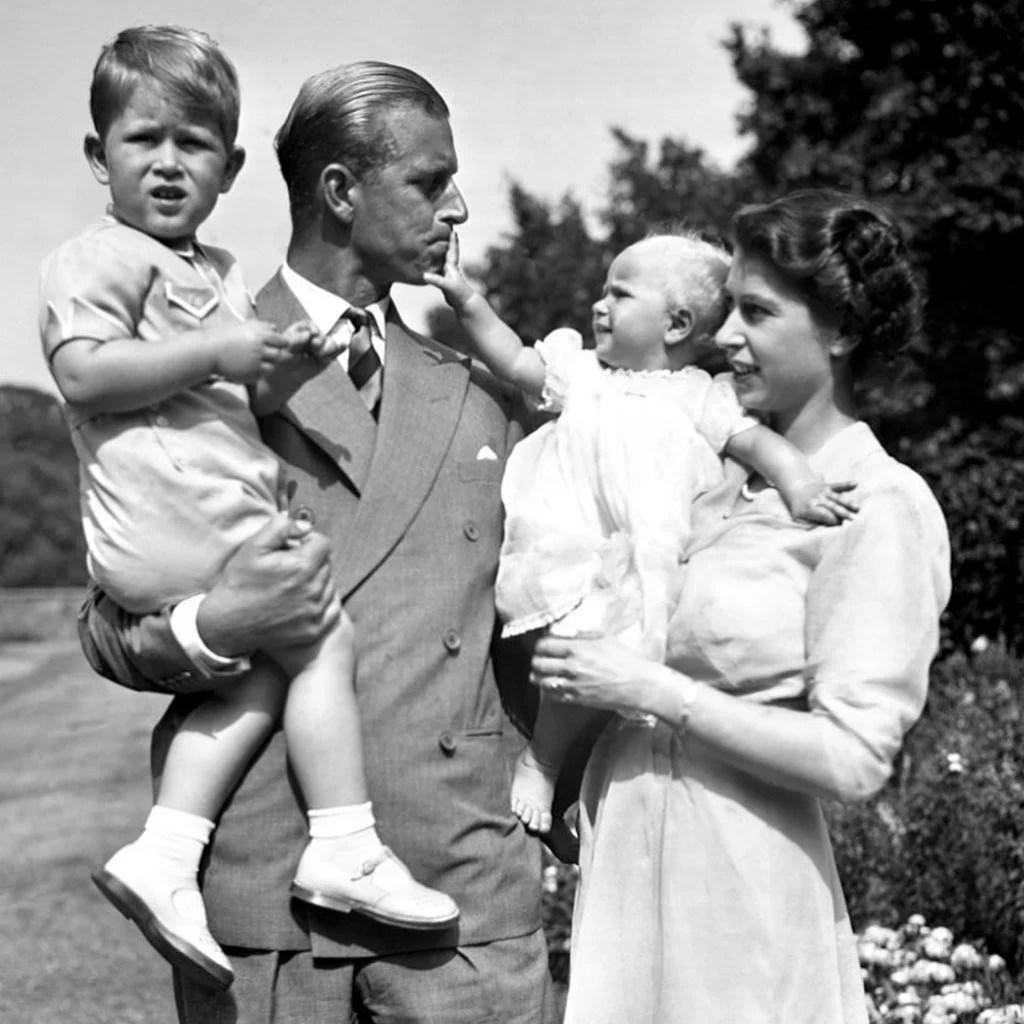 Filhos da Rainha Elizabeth e do Príncipe Philip - Foto Antiga.