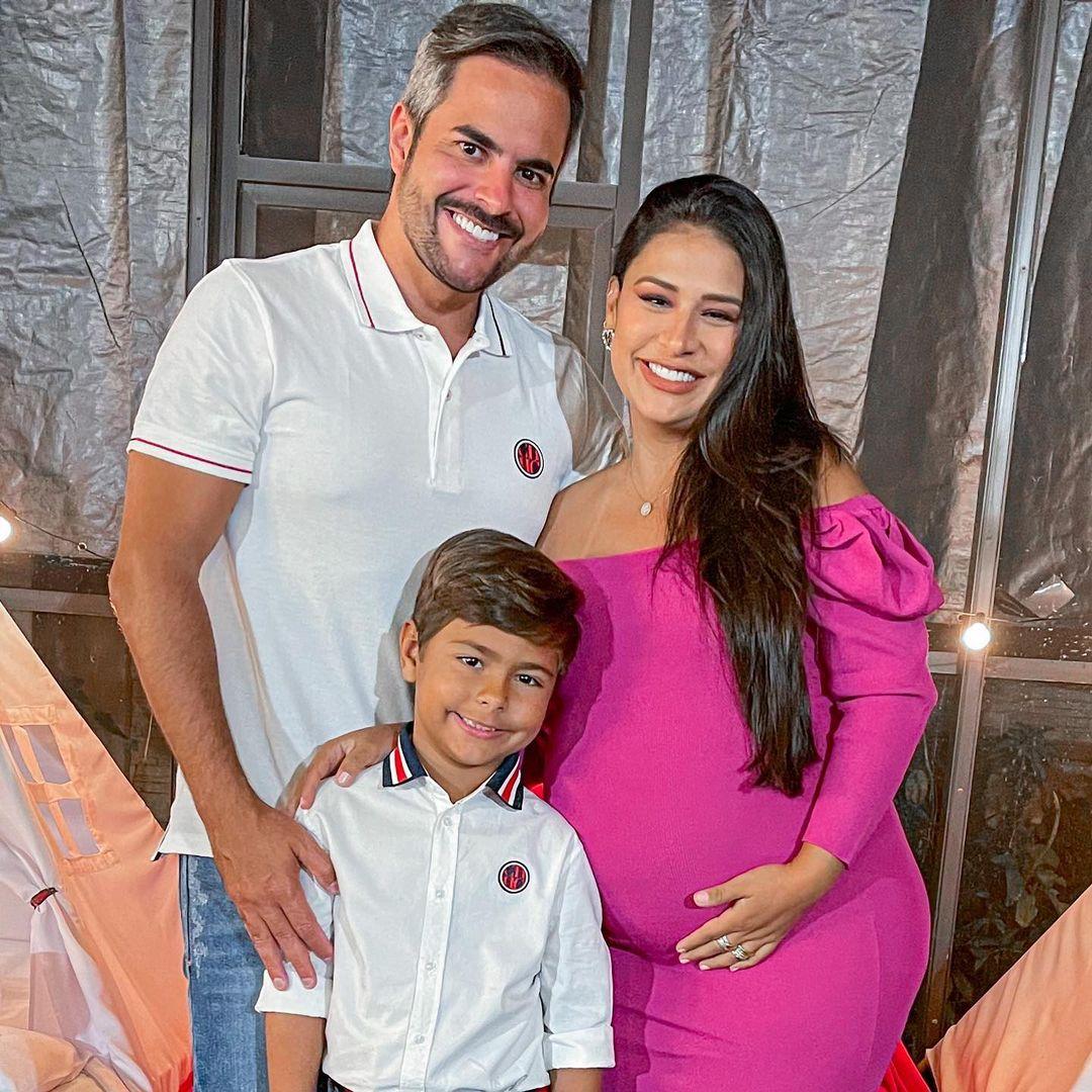 Simone Mendes grávida, esposo e filho.