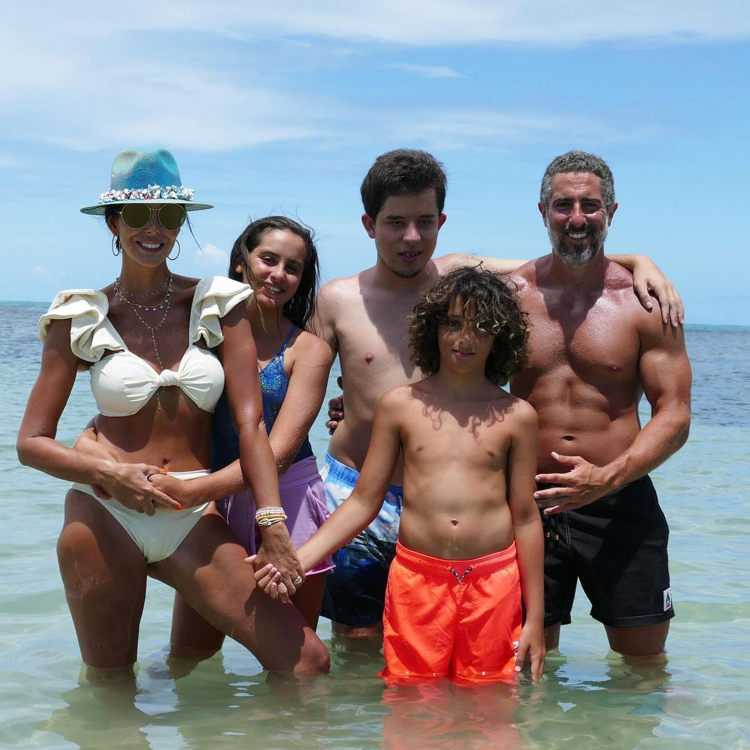 Família de Marcos Mion na praia.