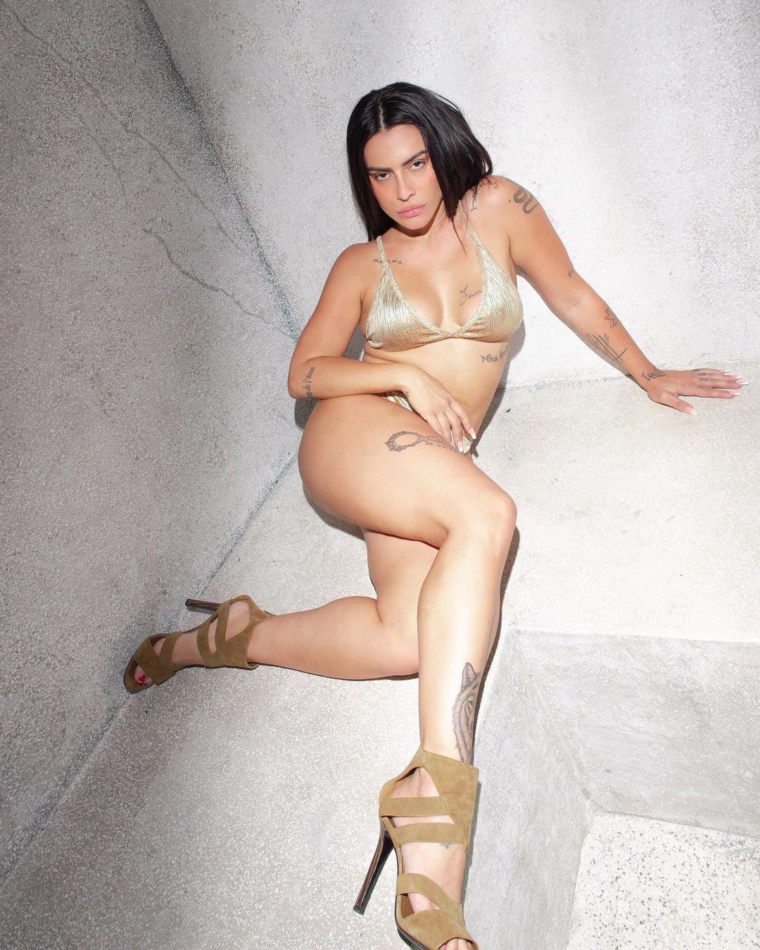 Cleo Pires usa biquíni e salto.