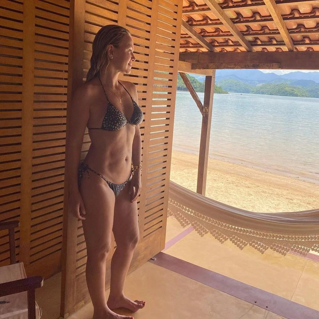 Apresentadora em foto de frente ao mar de Paraty/Rj.