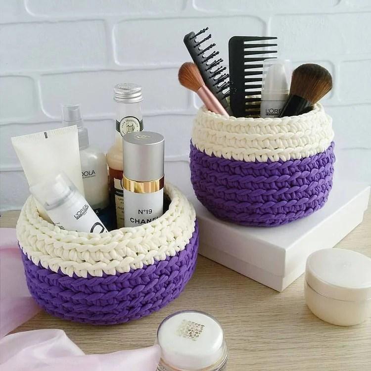 dois cahepôs de crochê para organizar cosméticos