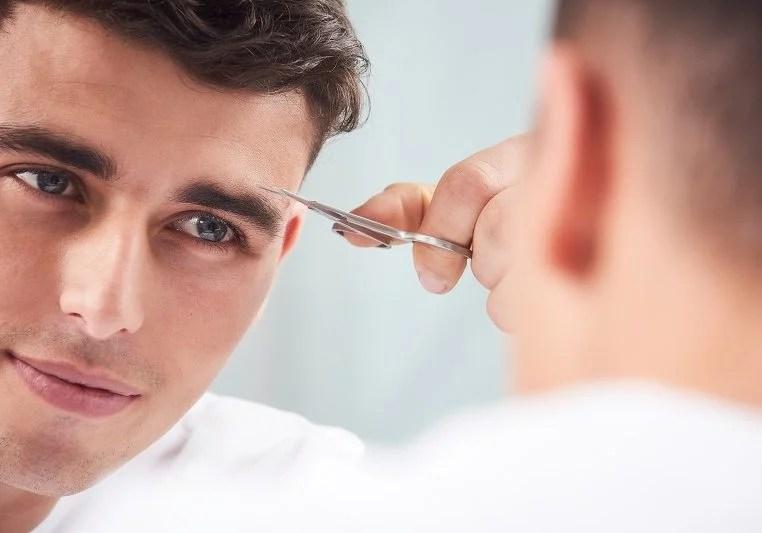 homem fazendo a sobrancelha