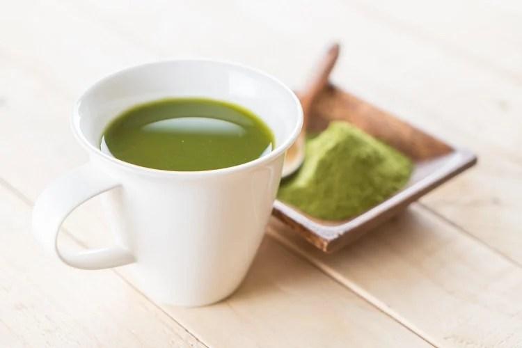 xícara com líquido verde
