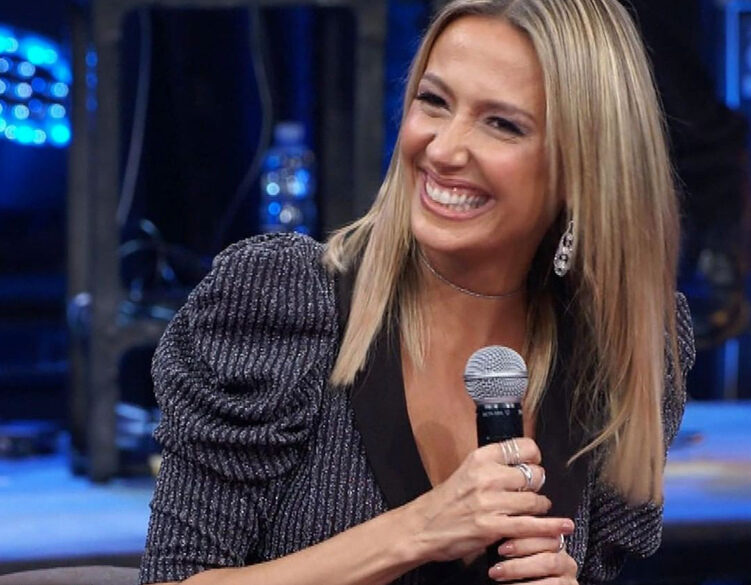 Na foto, aparece Luisa Mell sorrindo durante participação em um programa de TV.