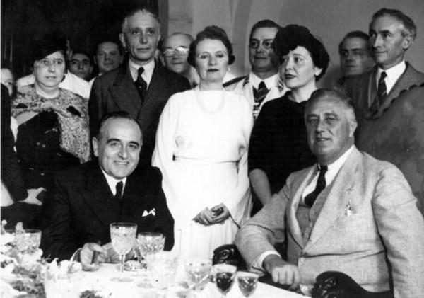 Darcy Vargas no centro da foto, ao lado de Getúlio Vargas e Franklin Delano Roosevelt, 1936.