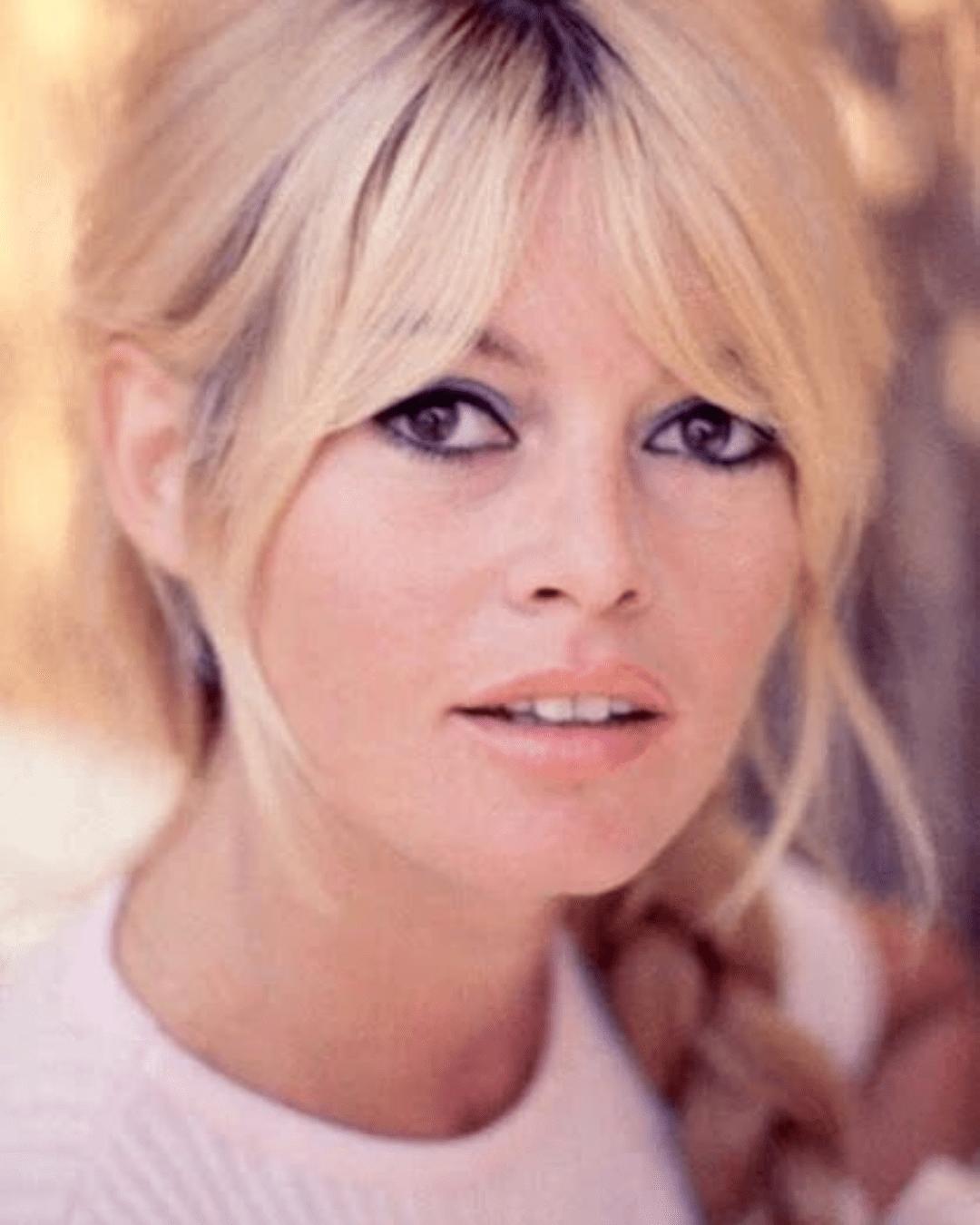 Cabelo longo com franja Brigitte Bardot