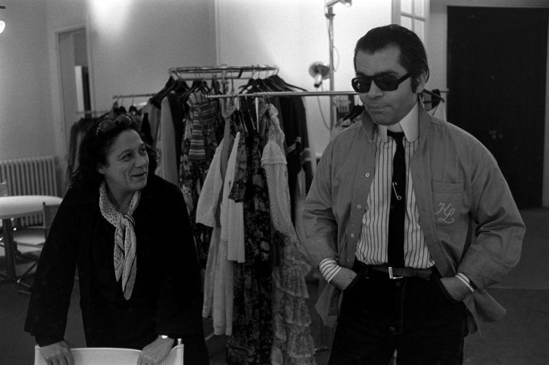 Uma das suas primeiras aparições de Karl Lagerfeld com o cabelo preso e óculos escuros.