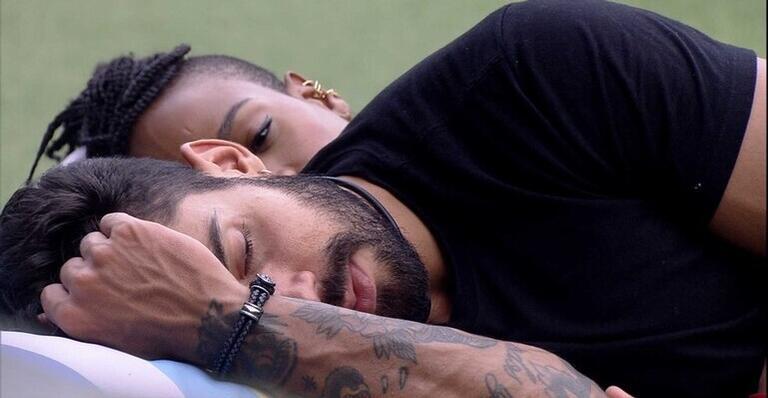 Karol Conká deitada ao lado de Bill - Globo