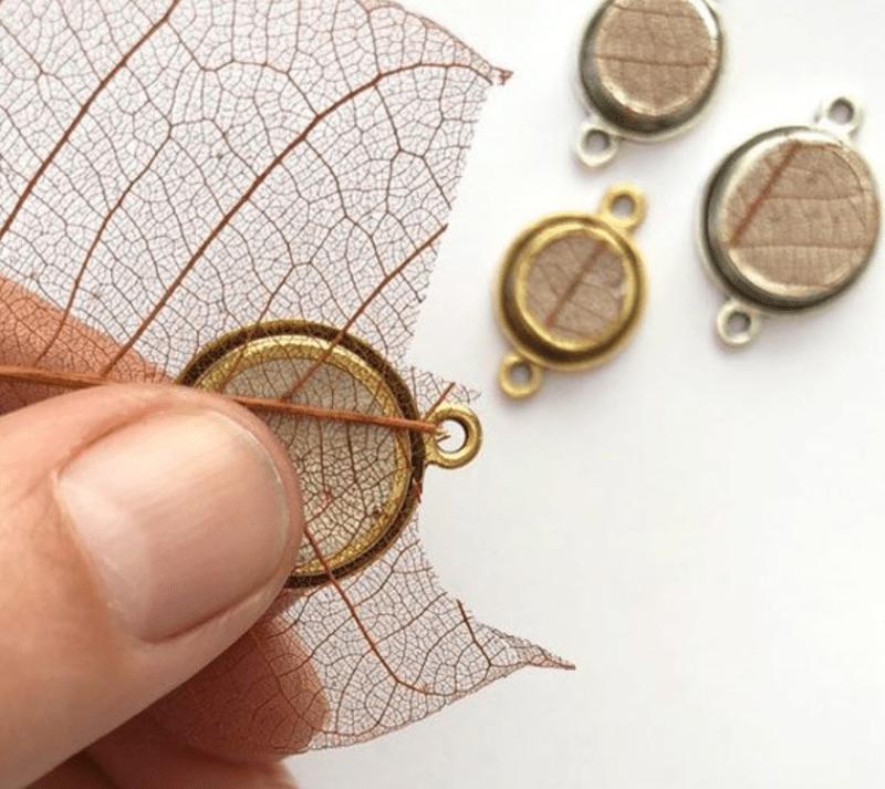 Pingente redondo com folha seca para biju de resina