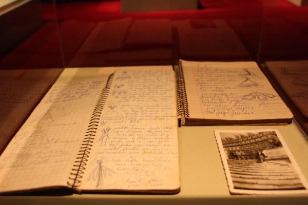 """Cadernos de anotação de Mena Fiala na exposição """"Casa Canadá""""."""