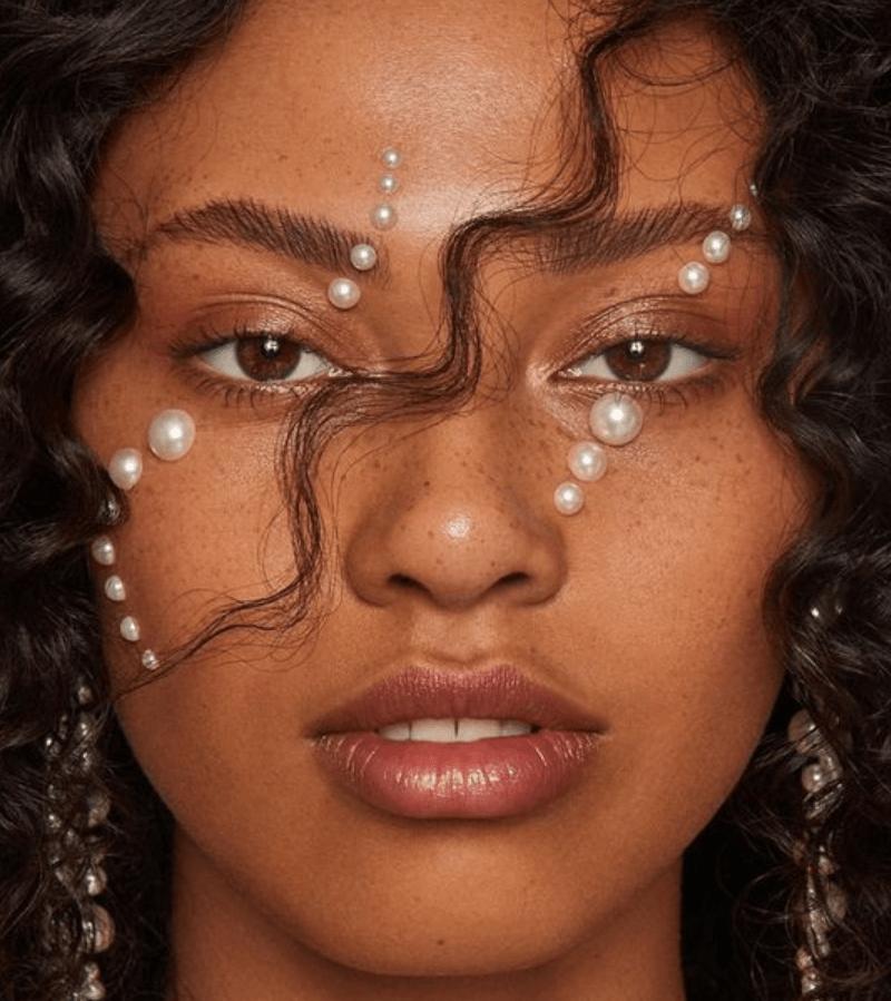 Maquiagem com strass pérola de diferentes tamanhos