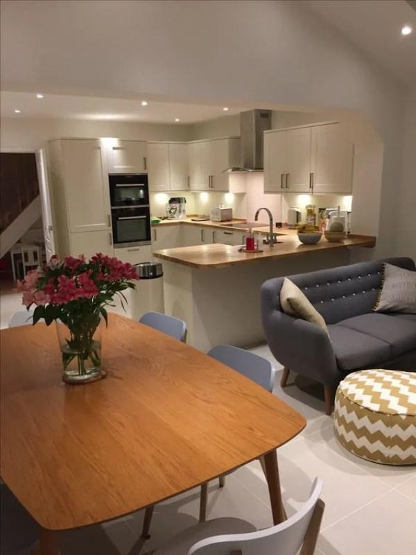 Cozinha integrada com sala e móveis azuis