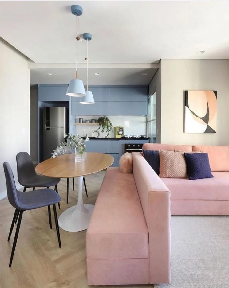 Cozinha integrada com sala colorida