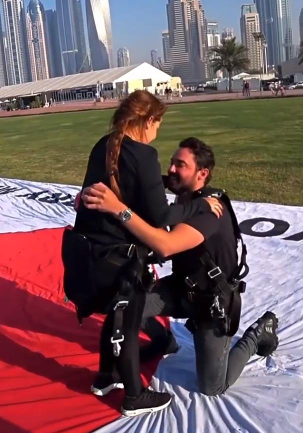 Fernando pede Maiara em casamento.