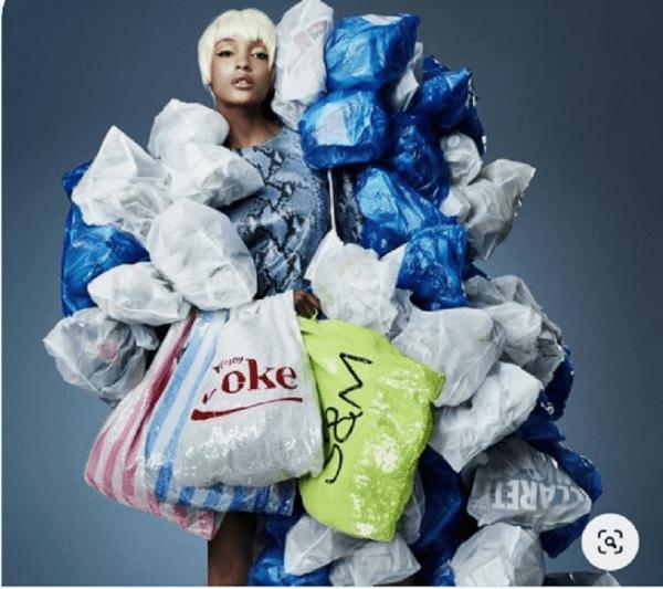 imagem de mulher posando com muitas sacolas de compras