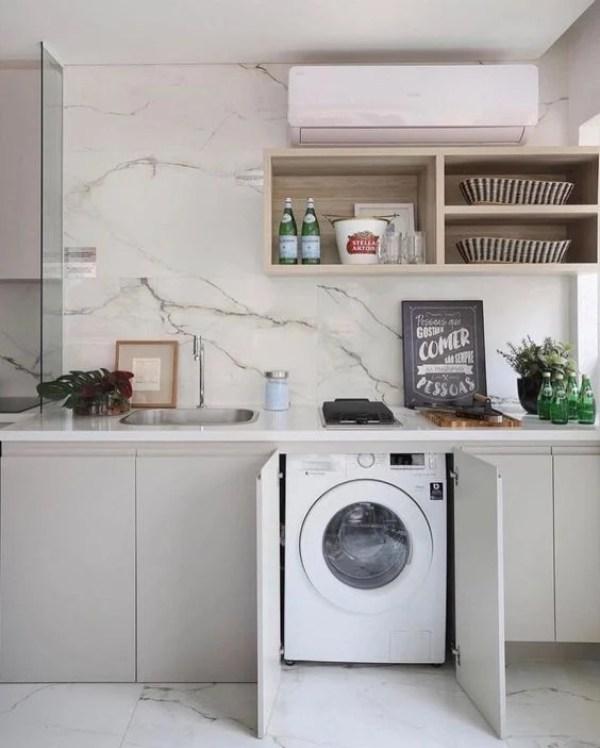 Máquina de lavar no armário.