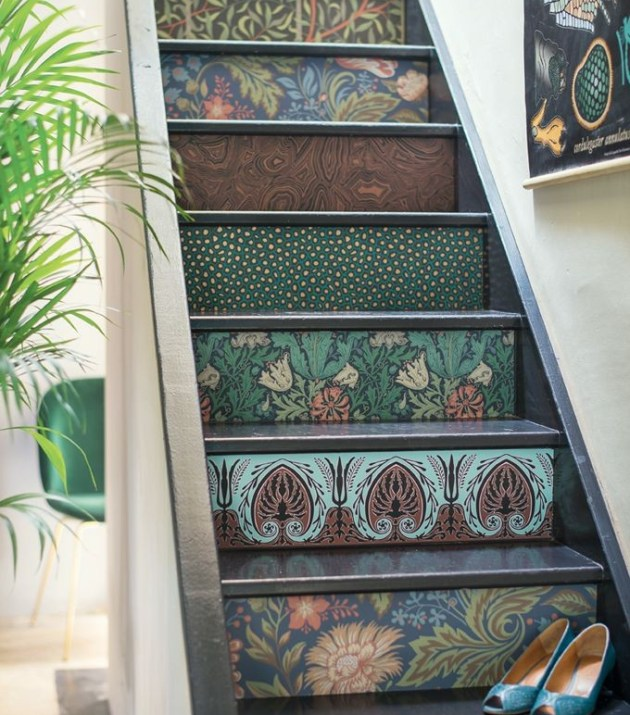 Escada com papel de parede.