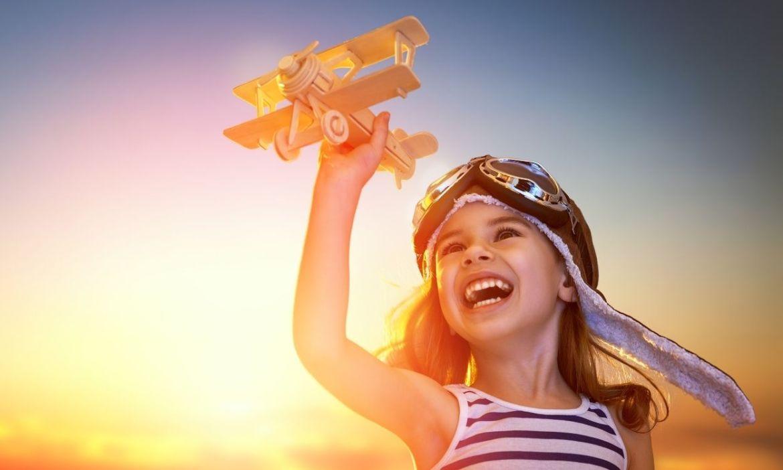 criança com avião de brinquedo - vender milhas