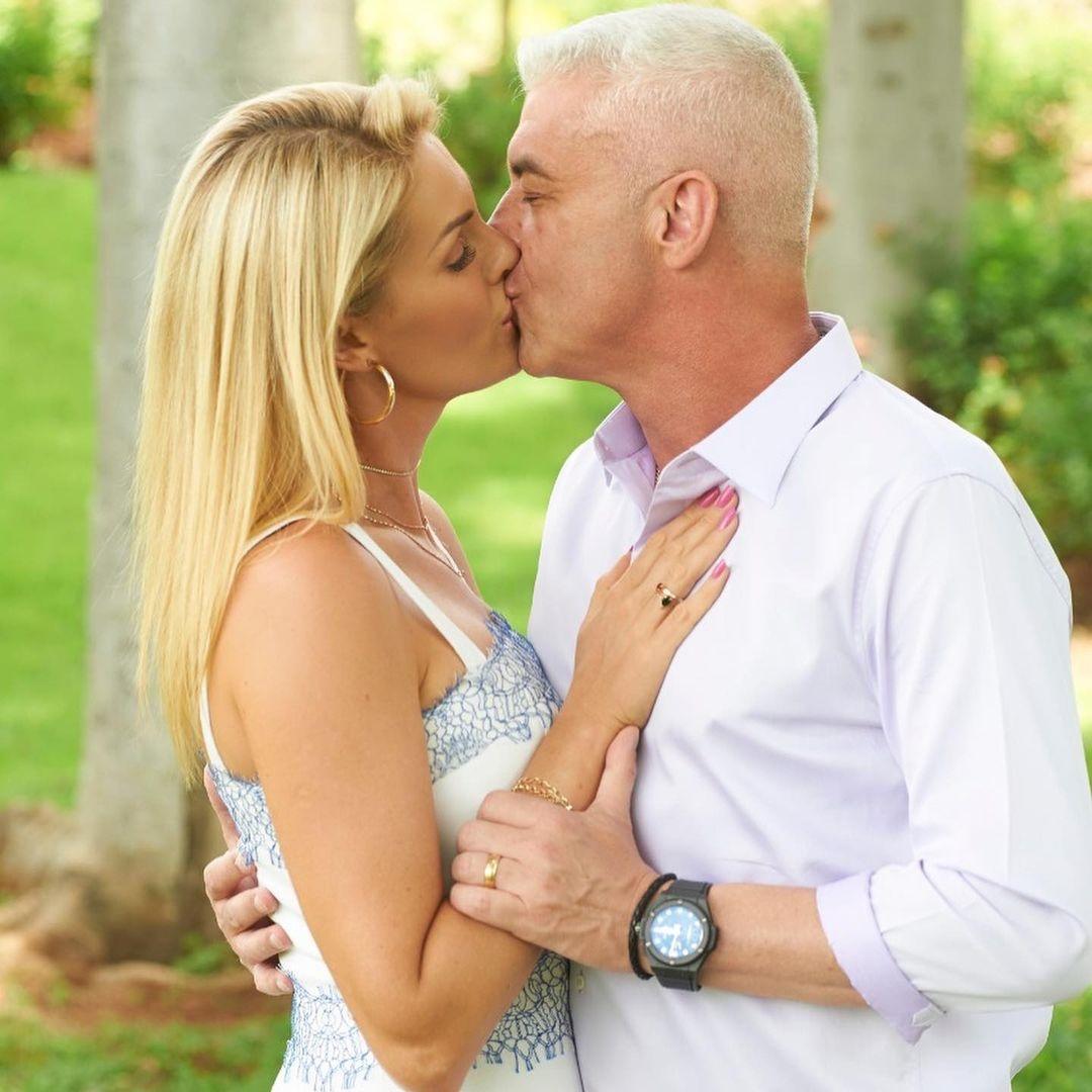 Alexandre Correa e Ana Hickmann se beijando.