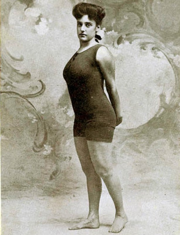 A nadadora profissional australiana Annette Kellerman com um traje de banho mais curto, entre 1903 - 1913.