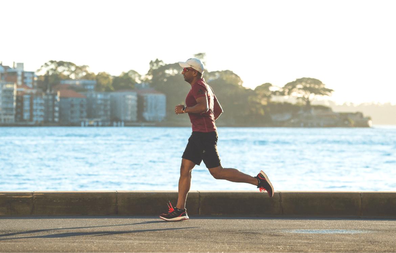 Imagem de um homem correndo para dormir melhor.