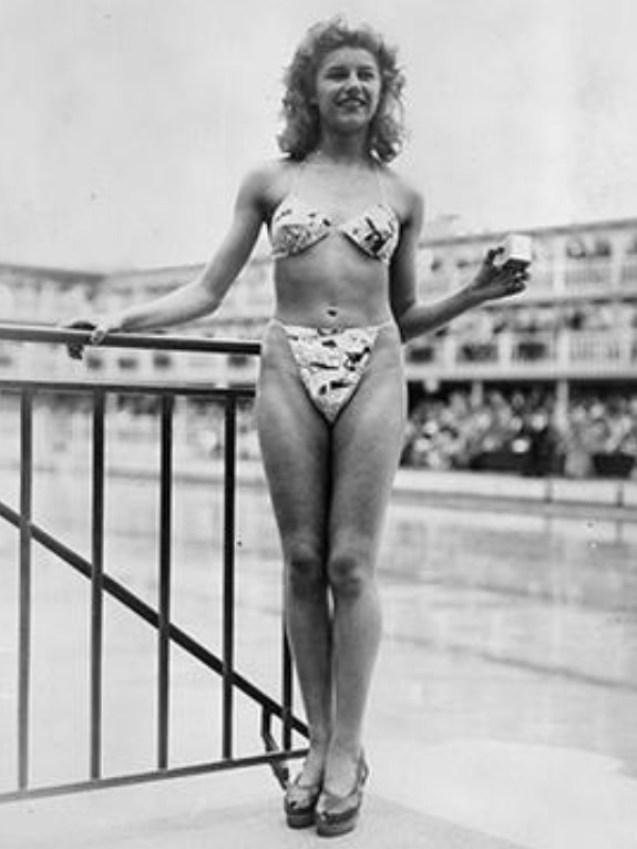 Micheline Bernardini usando o primeiro biquíni, em 1946.