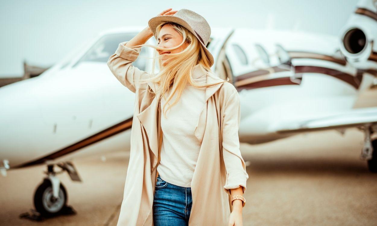 moça à frente do avião - acumular milhas