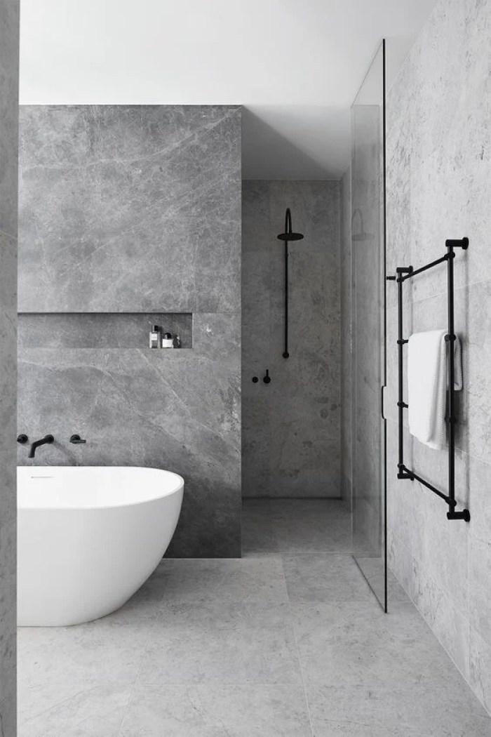 Banheiro cinza e banheira branca