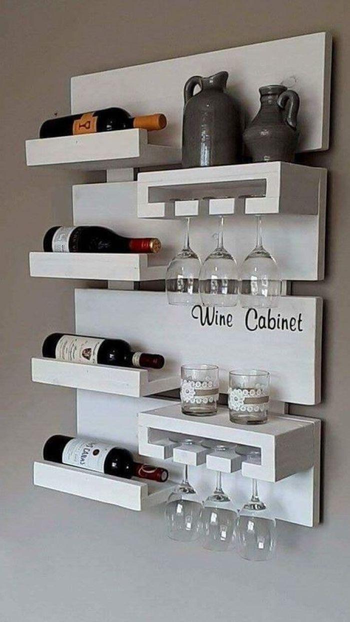 Móvel branco para vinho.