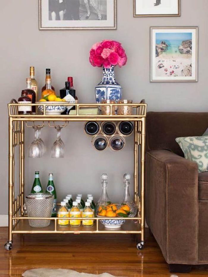 Mesa com bebidas ao lado do sofá.