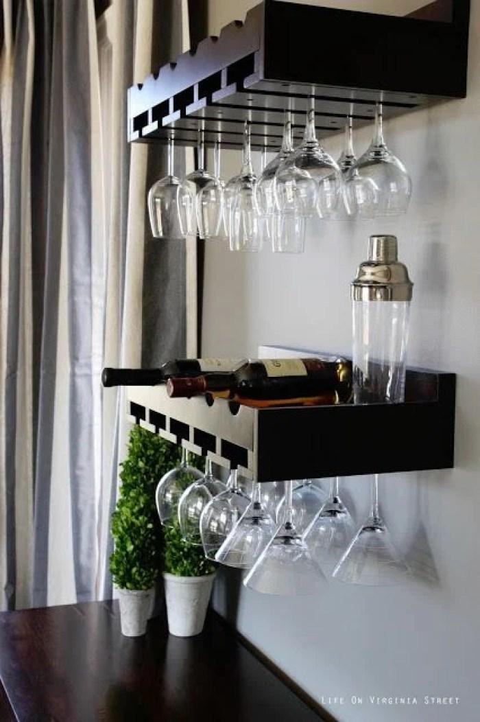 Dois móveis pretos com bebidas e taças.