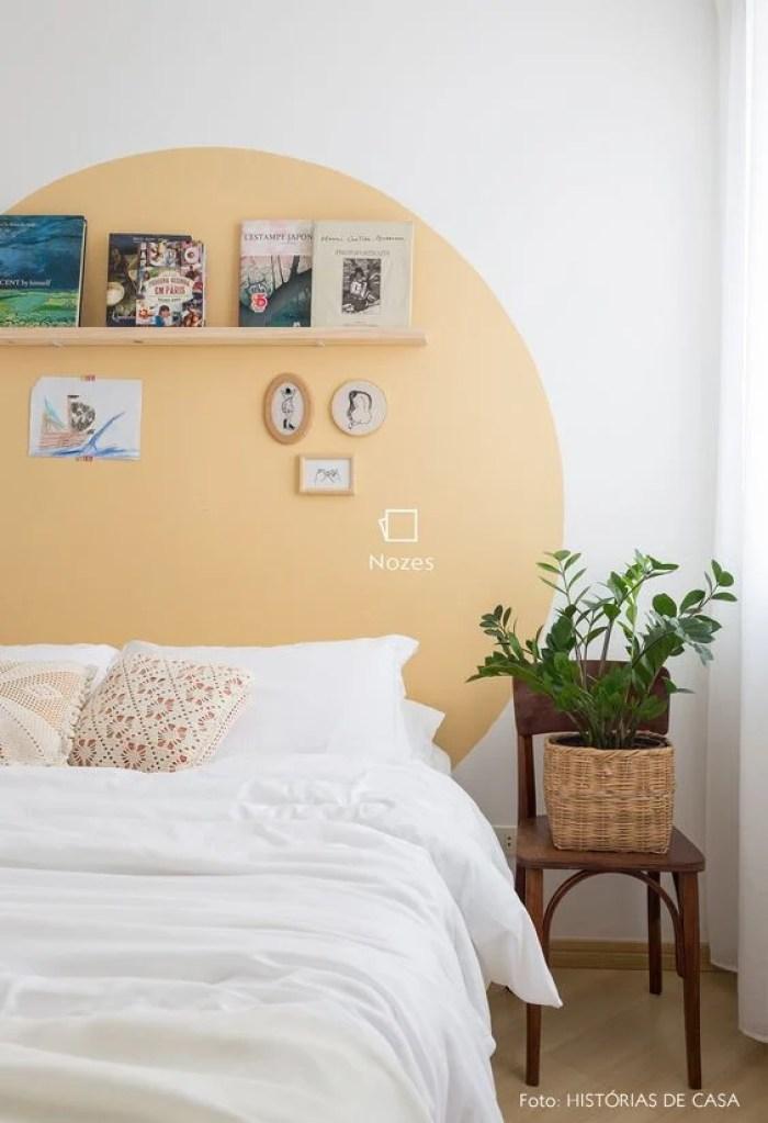 Círculo amarelo na parede.