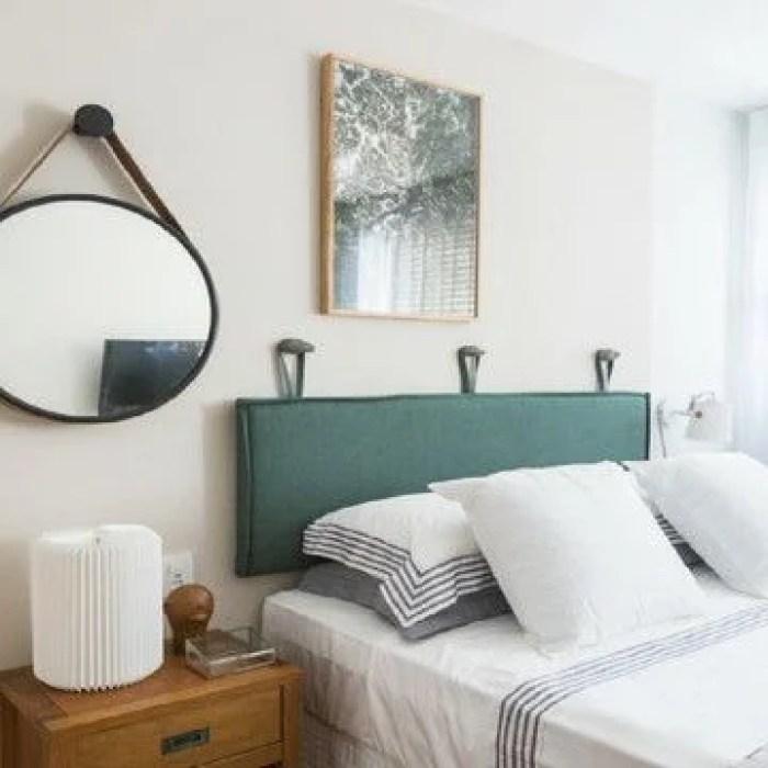 Almofada verde na parede.