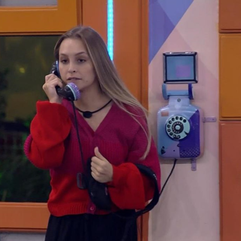 Carla Diaz atende Big Fone.