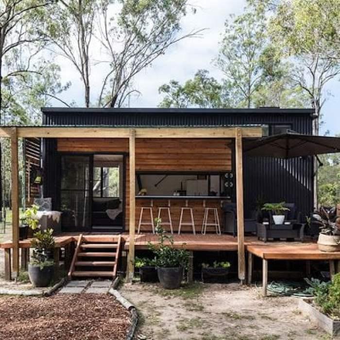 Casa container com deck de madeira.