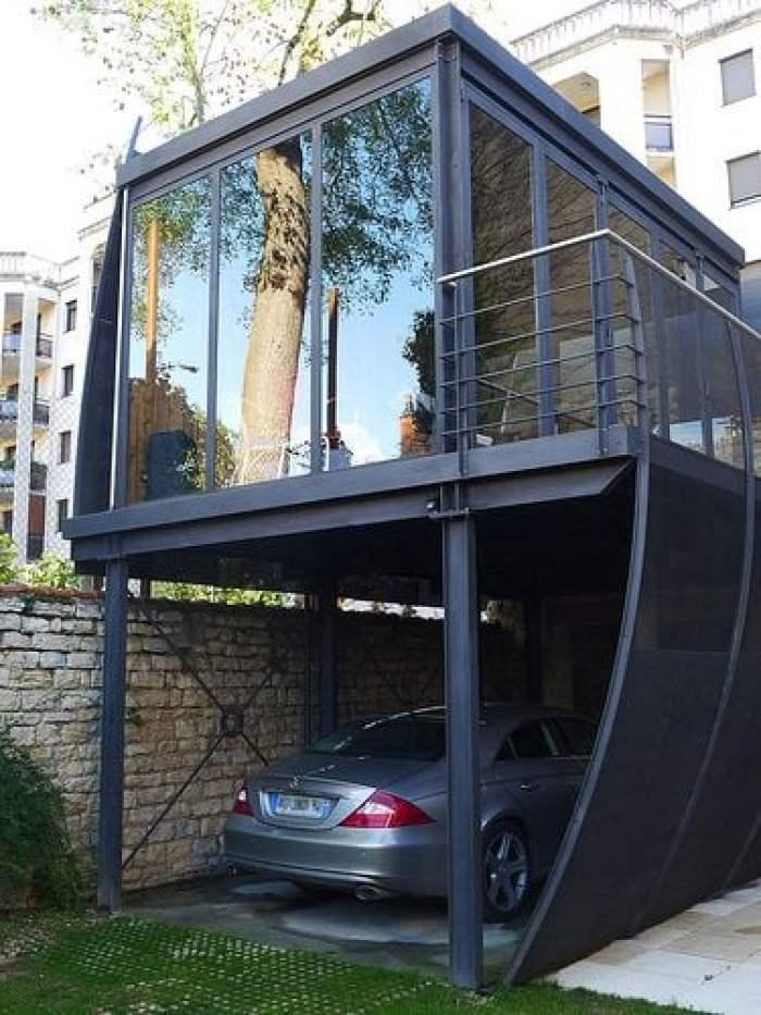 Casa em cima da garagem.
