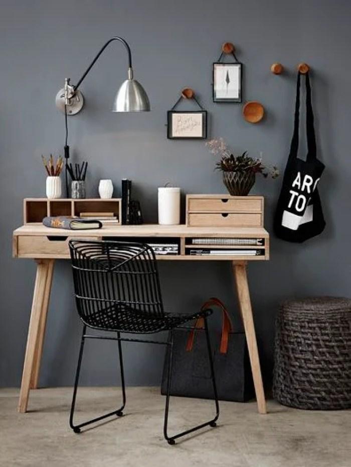Mesa de madeira e cadeira de ferro.