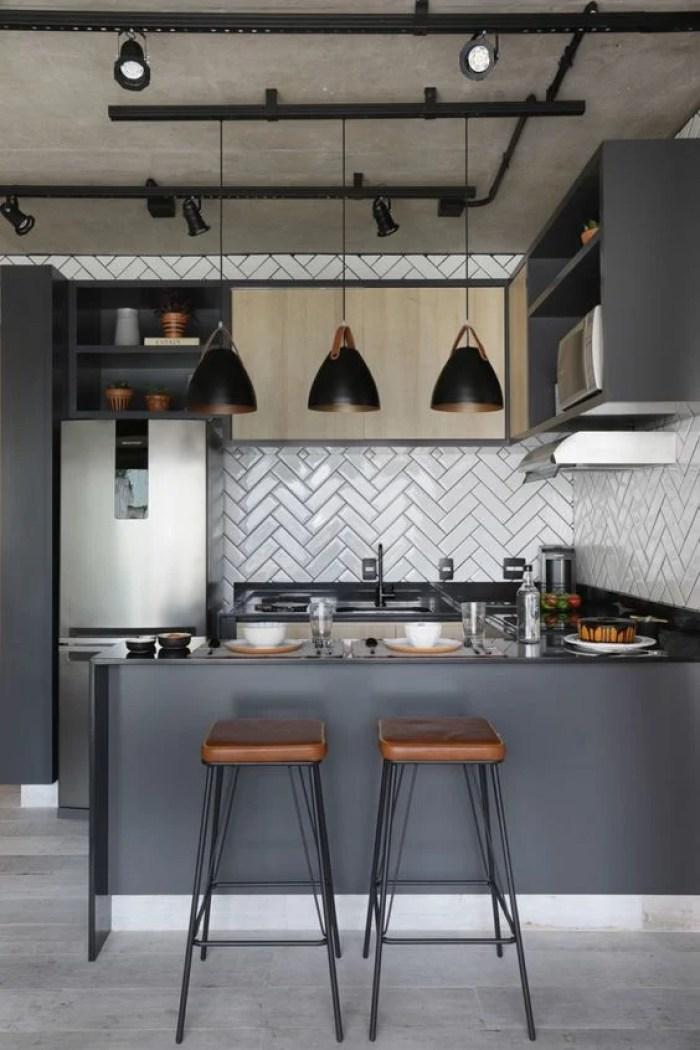 Cozinha com ajulejo branco.